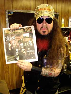 Dimebag holding a copy of Maximum Ink - photo by Phil Hunt